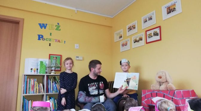 Kangurki czytają o Kurce Adeli